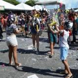 Spray de espuma e maquiagem excessiva no carnaval podem causar lesões nos olhos