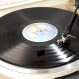 Escolha a música e… som na vitrola!